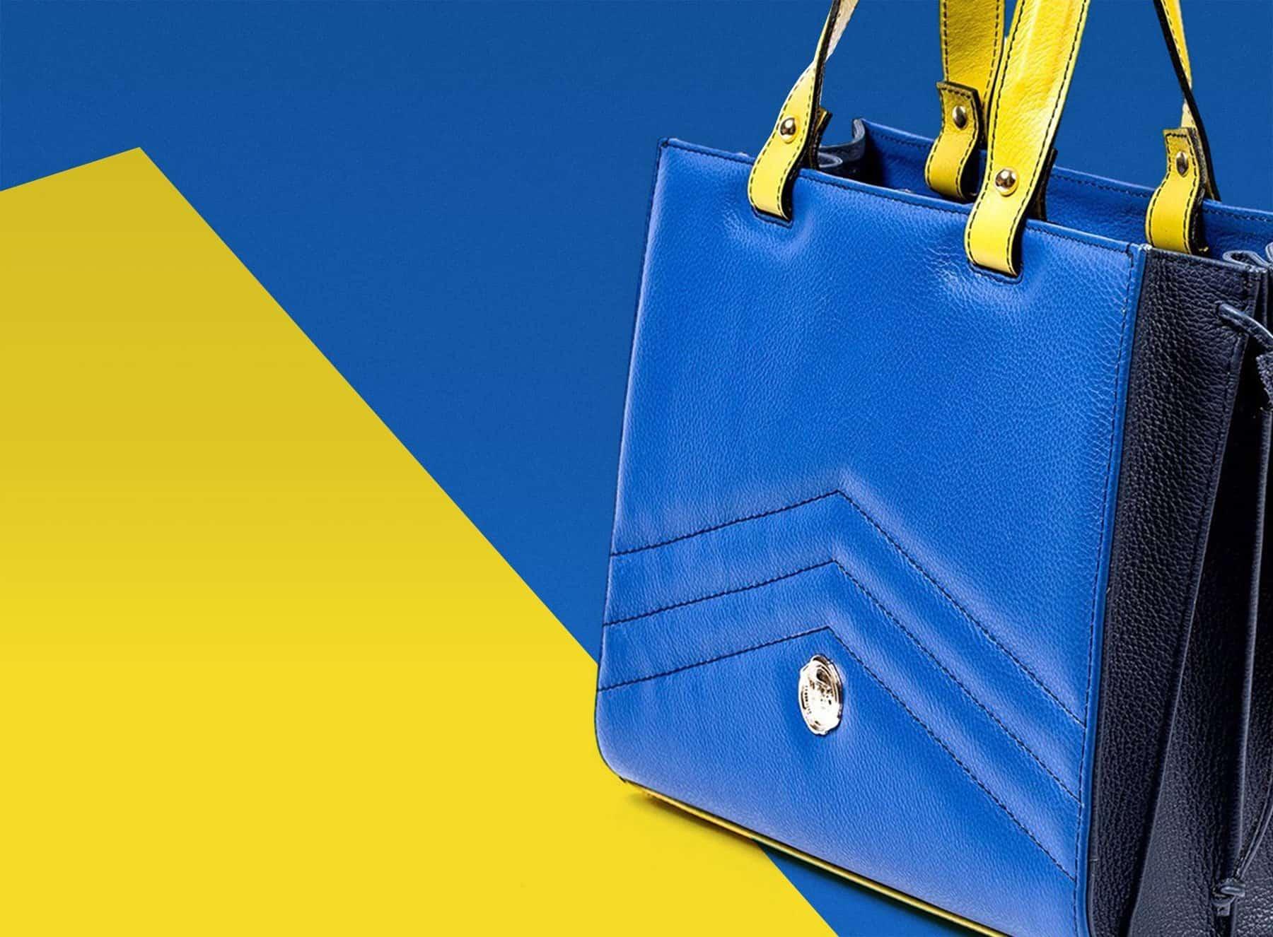 Bolso de piel azul con asas amarillas