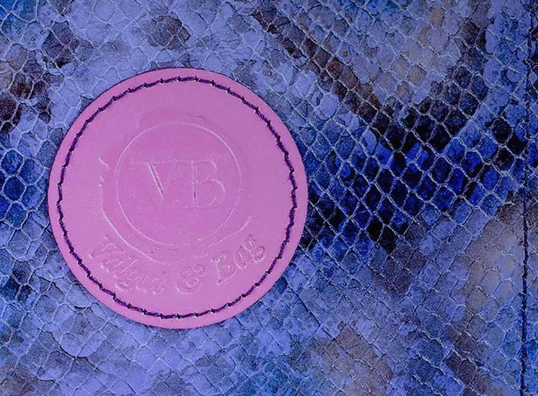 Detalle del sello de una Cartera de Piel de serpiente azul y negra